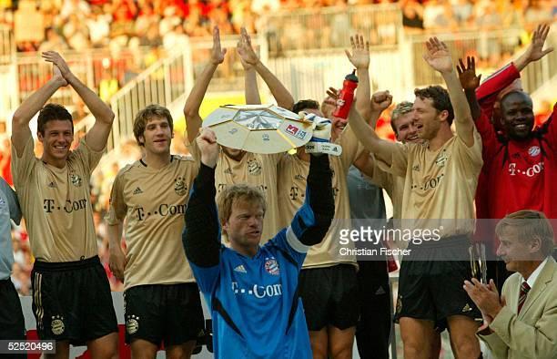 Fussball Liga Pokal 2004 Finale Mainz FC Bayern Muenchen SV Werder Bremen 32 Die Bayern jubeln mit dem Ligapokal Martin DEMICHELIS Torsten FRINGS...