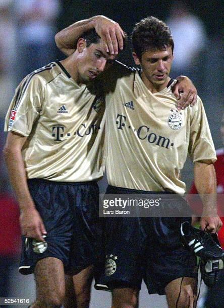 Fussball: Liga Pokal 2004, Wattenscheid; FC Bayern Muenchen - Bayer 04 Leverkusen 3:0; Freude bei den siegreichen Bayern Roy MAKAAY und DEMICHELIS...