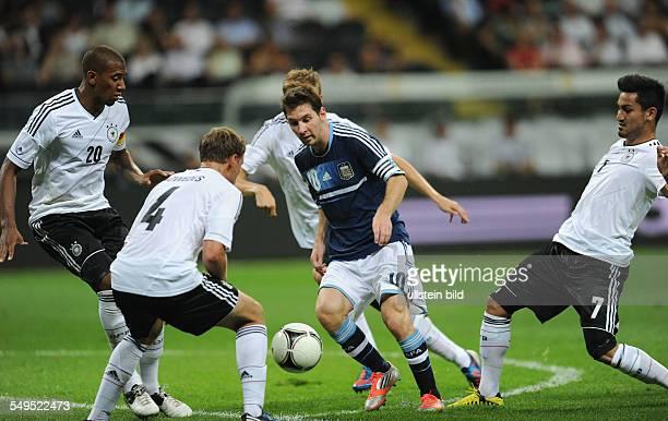 Fussball Länderspiel in Frankfurt Deutschland Argentinien Ilkay Gündogan Lionel Messi Holger Badstuber dahinter Benedikt Höwedes und Jerome Boateng