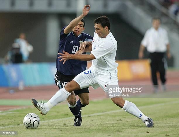 Fussball / Maenner Olympische Spiele Athen 2004 Athen Gruppe C / Argentinien Serbien und Montonegro 60 Carlos TEVEZ / ARG Djordje JOKIC / SCG 110804