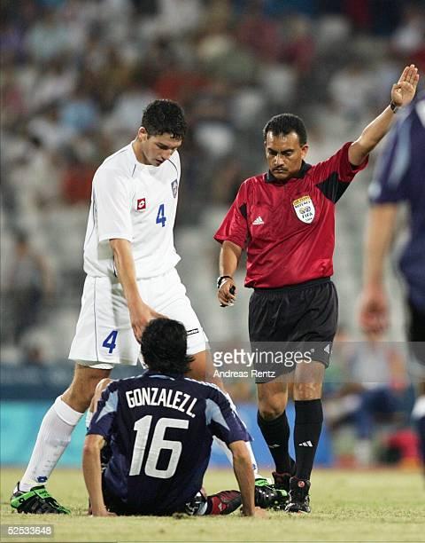 Fussball / Maenner Olympische Spiele Athen 2004 Athen Gruppe C / Argentinien Serbien und Montonegro Djordje JOKIC / SCG hilft dem Argentinier Luis...