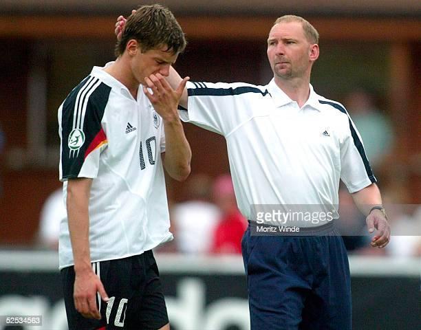 Fussball / Maenner U 19 EM 2004 in der Schweiz Fribourg Deutschland Tuerkei 11 Michael DELURA wird von Trainer Dieter EILTS / GER nach dem...