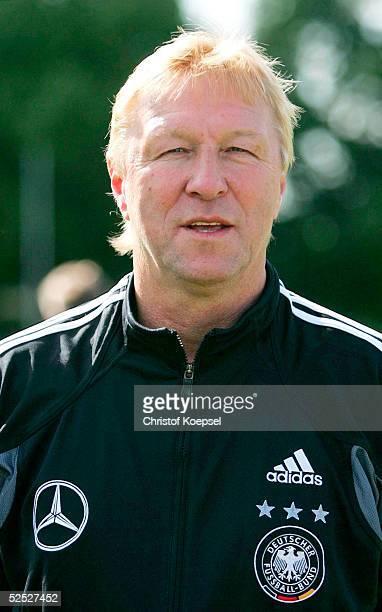 Fussball Nationalmannschaft Deutschland 2004 Alzey U 21 Fototermin Trainer Horst HRUBESCH / GER 240504