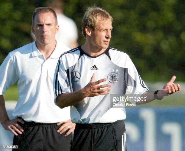 Fussball Nationalmannschaft Deutschland 2004 Berlin Training Der amerikanische Fitnesstrainer Mark VERSTEGEN und Juergen KLINSMANN 040904