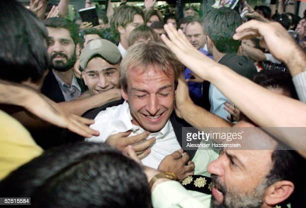 Fussball Nationalmannschaft Deutschland 2004 Teheran Ankunft in Teheran Juergen KLINSMANN / Bundestrainer wird von den Fans begeistert empfangen der...