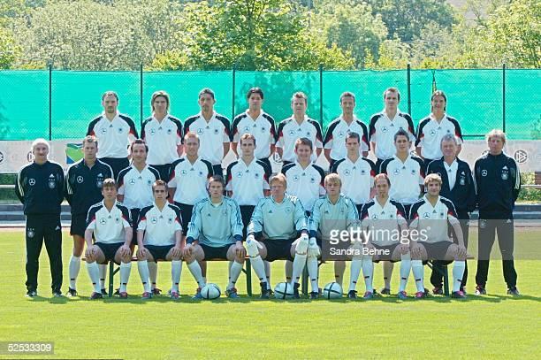 Fussball Nationalmannschaft Deutschland 2004 Winden Fototermin Mannschaftsfoto hintere Reihe vl Jens NOWOTNY Thomas BRDARIC Kevin KURANYI Michael...