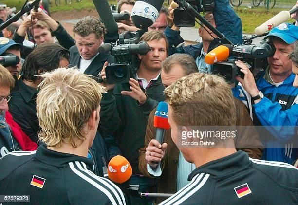 Fussball Nationalmannschaft Deutschland 2004 Winden Training Bastian SCHWEINSTEIGER und Lukas PODOLSKI geben Interviews 030604