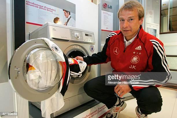 Fussball Nationalmannschaft Deutschland 2005 Duesseldorf 080205PressekonferenzJuergen KLINSMANN/Bundestrainer wird zum neuen LGMarkenbotschafter...