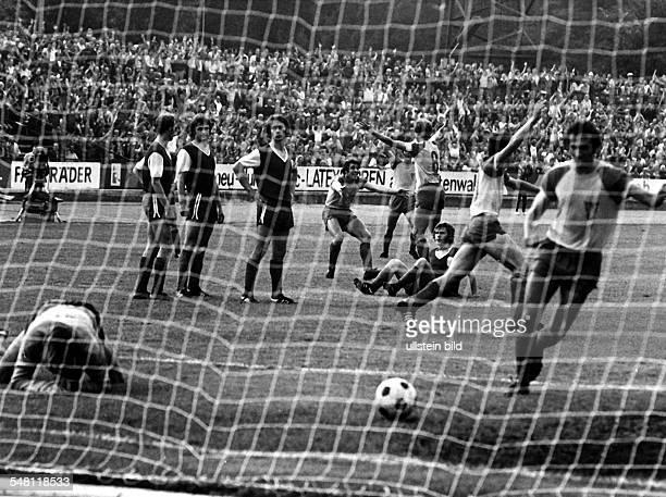 Fussball Oberliga 1975/76 FC Vorwärts Frankfurt / Oder FC Carl Zeiss Jena 51 In der 38 Minute hat Reinhard Segger eine Freistoß Vorlage zum 20...