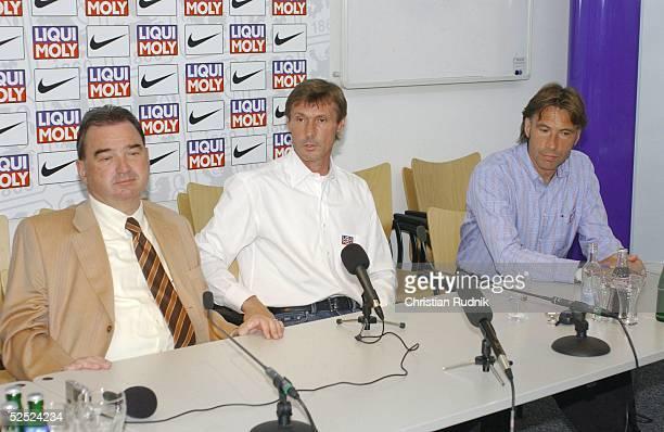 Fussball Pressekonferenz TSV 1860 Muenchen 2004 Muenchen Vorstellung neuer Trainer Praesident Karl AUER Trainer Rudi BOMMER CoTrainer Michael DAEMGEN...
