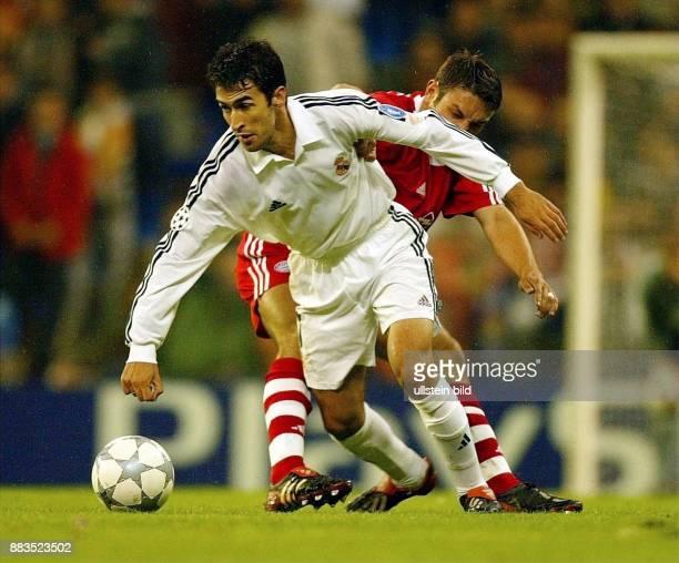Fussball Rückspiel Viertelfinale Champions League 2001/2002 Real Madrid FC Bayern München Zweikampf um den Ball zwischen Stürmer Raul und...