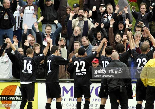 Fussball Regionalliga Nord 03/04 Neumuenster VfR Neumuenster FC St Pauli Die Paulianer jubeln mit ihren Fans nach dem 01 Sieg 220504