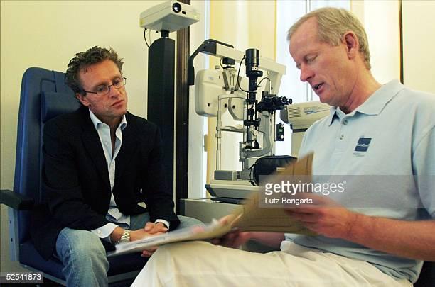 Fussball Regionalliga Nord 04/05 Hamburg Hamburger SV Amateure Trainer Thomas DOLL wurde in der Klinik EUROEYES von Dr Joern JOERGENSEN am Auge...
