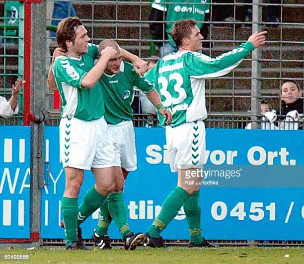 Fussball: Regionalliga Nord 04/05, Luebeck; VfB Luebeck - Borussia Dortmund Amateure 3: 2; Freude bei Marco LAASER, Lars KAMPF, Tobias SCHWEINSTEIGER...