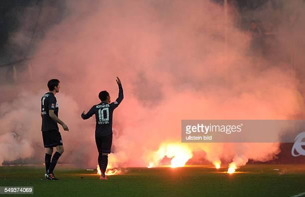 Fussball Saison 20112012 BundesligaRelegation Rückspiel Fortuna Düsseldorf Hertha BSC Berlin 22 Hertha Fans zünden Bengalos und werfen sie auf das...