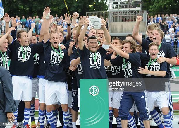 Fussball Saison 2011/2012 Endspiel Deutsche Meisterschaft der AJunioren FC Schalke 04 FC Bayern München 2102 Schalkes AJunioren feiern die Deutsche...