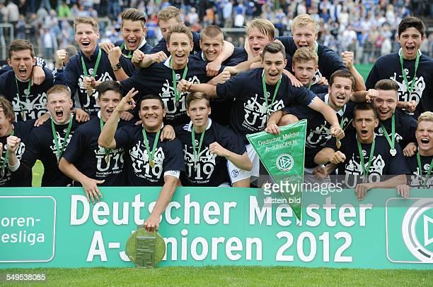 Fussball Saison 2011/2012 Endspiel Deutsche Meisterschaft der AJunioren FC Schalke 04 FC Bayern München 21 Schalkes AJunioren feiern die Deutsche...