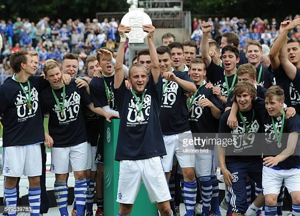 Fussball Saison 2011/2012 Endspiel Deutsche Meisterschaft der AJunioren FC Schalke 04 FC Bayern München 21 Nils Zander mmit der Meisterschale