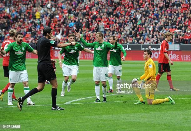 Fussball Saison 20122013 1 Bundesliga 31 Spieltag Bayer 04 Leverkusen SV Werder Bremen Bremens Spieler sind entsetzt Schiedsrichter Deniz Aytekin...