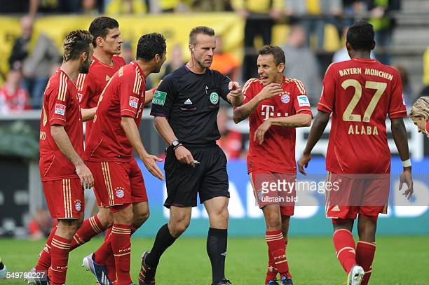 Fussball Saison 20122013 1 Bundesliga 32 Spieltag Borussia Dortmund FC Bayern München 11 Schiedsrichter Peter Gagelmann mi zeigt auf den...