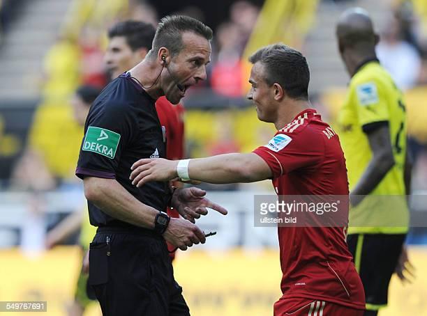 Fussball Saison 20122013 1 Bundesliga 32 Spieltag Borussia Dortmund FC Bayern München 11 Schiedsrichter Peter Gagelmann li mit Xherdan Shaqiri