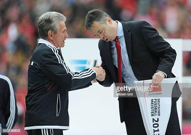 Fussball Saison 20122013 1 Bundesliga 33 Spieltag FC Bayern München FC Augsburg 30 Andreas Rettig re verneigt sich vor Trainer Jupp Heynckes