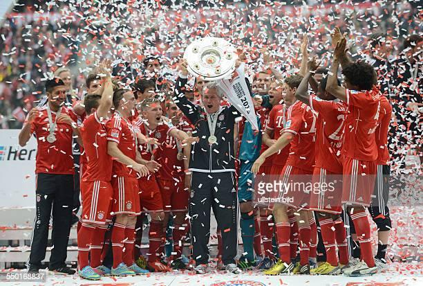 Fussball Saison 20122013 1 Bundesliga 33 Spieltag FC Bayern München FC Augsburg Trainer Jupp Heynckes mit der Meisterschale die Spieler feiern ihren...