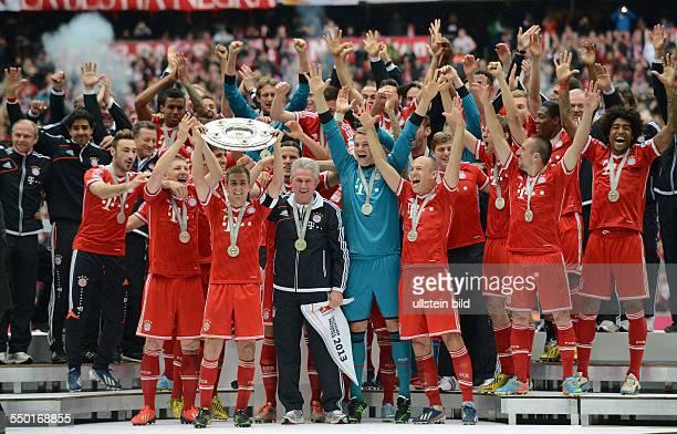 Fussball Saison 20122013 1 Bundesliga 33 Spieltag FC Bayern München FC Augsburg Der FC Bayern feiert die Deutsche Meisterschaft Philipp Lahm mit der...