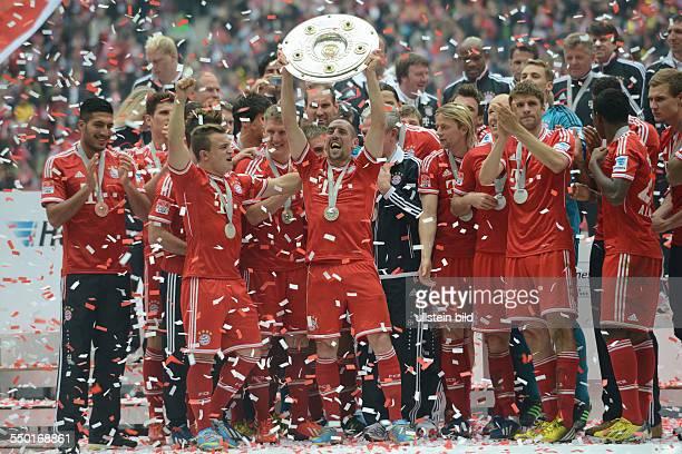Fussball Saison 20122013 1 Bundesliga 33 Spieltag FC Bayern München FC Augsburg Franck Ribery mit der Meisterschale