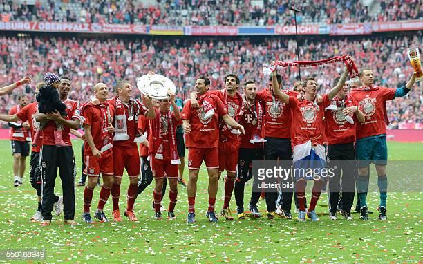 Fussball Saison 20122013 1 Bundesliga 33 Spieltag FC Bayern München FC Augsburg Bayerns Spieler feiern die Deutsche Meisterschaft rechts Torhüter...