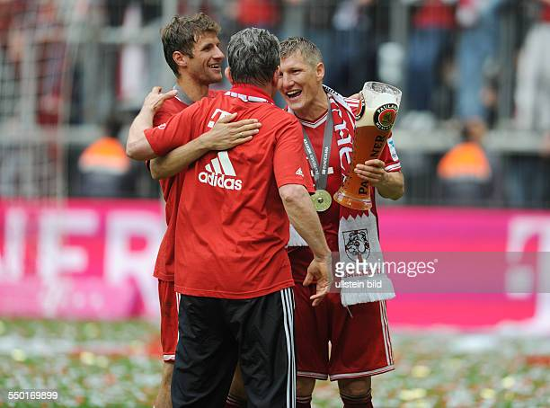 Fussball Saison 20122013 1 Bundesliga 33 Spieltag FC Bayern München FC Augsburg 30 vre Bastian Schweinsteiger mit Trainer Jupp Heynckes und Thomas...