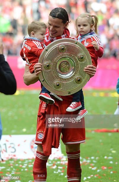 Fussball Saison 20122013 1 Bundesliga 33 Spieltag FC Bayern München FC Augsburg 30 Daniel van Buyten mit seinen Kindern und der Meisterschale
