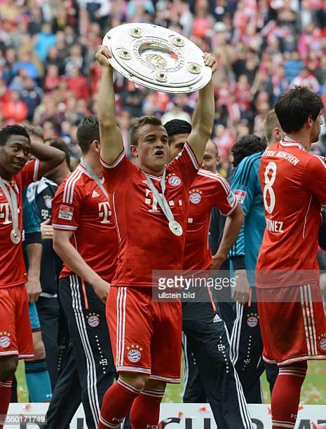 Fussball Saison 20122013 1 Bundesliga 33 Spieltag FC Bayern München FC Augsburg 30 Xherdan Shaqiri mit der Meisterschale