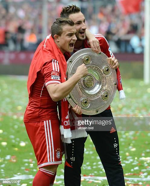 Fussball Saison 20122013 1 Bundesliga 33 Spieltag FC Bayern München FC Augsburg 30 Xherdan Shaqiri li und Diego Contento mit der Meisterschale