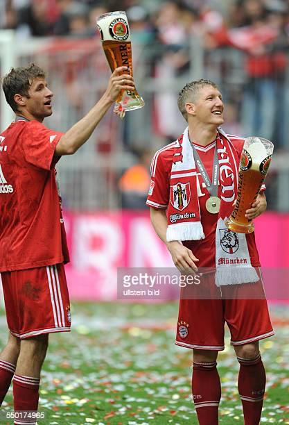 Fussball Saison 20122013 1 Bundesliga 33 Spieltag FC Bayern München FC Augsburg 30 Prost Bastian Schweinsteiger re und Thomas Müller mit einem...