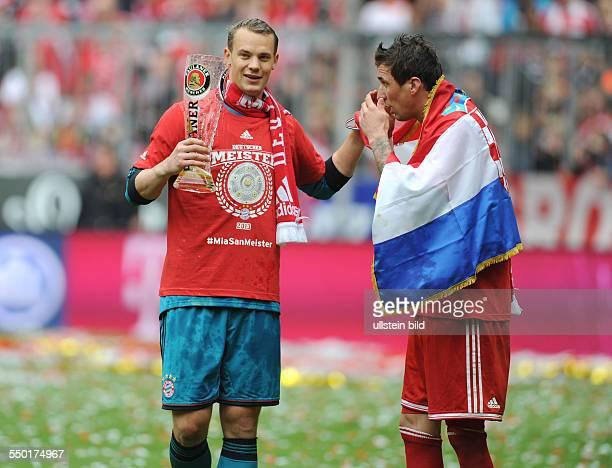 Fussball Saison 20122013 1 Bundesliga 33 Spieltag FC Bayern München FC Augsburg 30 Torhüter Manuel Neuer li und Mario Mandzukic