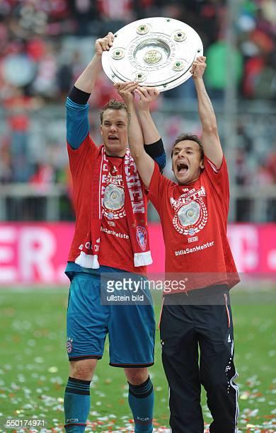 Fussball Saison 20122013 1 Bundesliga 33 Spieltag FC Bayern München FC Augsburg 30 Torhüter Manuel Neuer li und Rafinha mit der Meisterschale