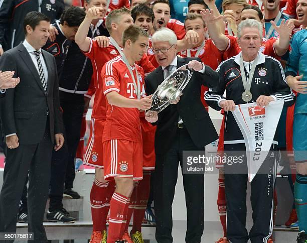 Fussball Saison 20122013 1 Bundesliga 33 Spieltag FC Bayern München FC Augsburg 30 DFL Ligapräsident Dr Reinhard Rauball mi überreicht Philipp Lahm...