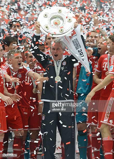 Fussball Saison 20122013 1 Bundesliga 33 Spieltag FC Bayern München FC Augsburg 30 Trainer Jupp Heynckes mit der Meisterschale
