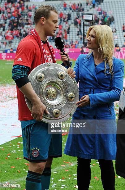 Fussball Saison 20122013 1 Bundesliga 33 Spieltag FC Bayern München FC Augsburg 30 Torhüter Manuel Neuer li im Sky Sport Interview mit Jessica Kastrop