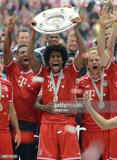 Fussball Saison 20122013 1 Bundesliga 33 Spieltag FC Bayern München FC Augsburg 30 Dante mit der Meisterschale