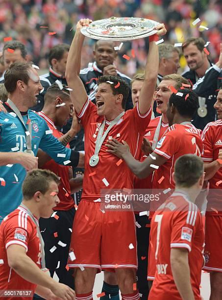 Fussball Saison 20122013 1 Bundesliga 33 Spieltag FC Bayern München FC Augsburg 30 Mario Gomez mit der Meisterschale
