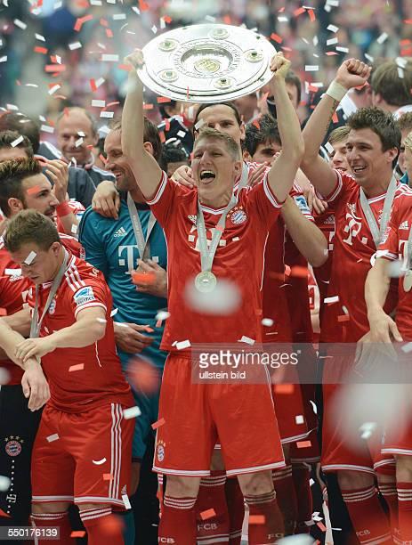 Fussball Saison 20122013 1 Bundesliga 33 Spieltag FC Bayern München FC Augsburg 30 Bastian Schweinsteiger mit der Meisterschale