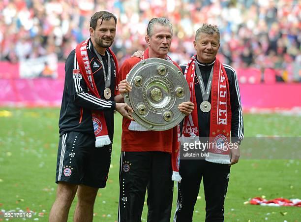 Fussball Saison 20122013 1 Bundesliga 33 Spieltag FC Bayern München FC Augsburg 30 Trainer Jupp Heynckes mit der Meisterschale mitte links...