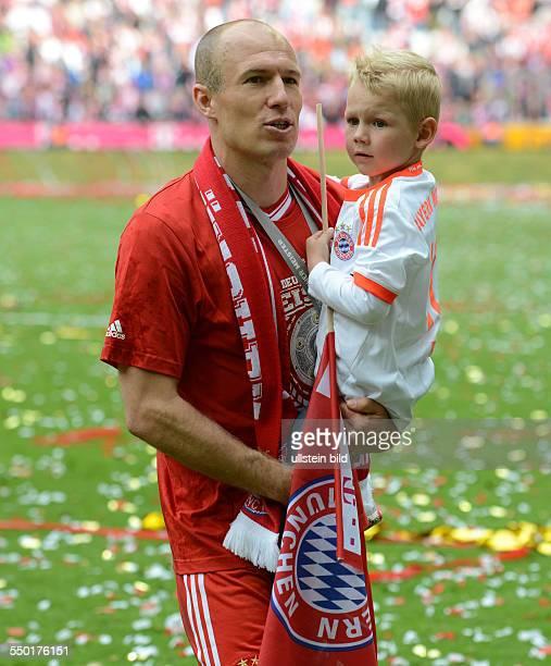 Fussball Saison 20122013 1 Bundesliga 33 Spieltag FC Bayern München FC Augsburg 30 Arjen Robben mit einem seiner Söhne