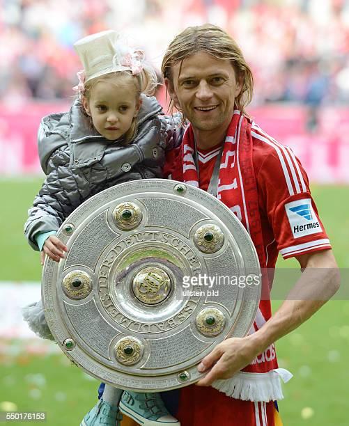 Fussball Saison 20122013 1 Bundesliga 33 Spieltag FC Bayern München FC Augsburg 30 Anatolly Tymoshchuk mit seinem Töchterchen und der Meisterschale