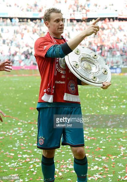 Fussball Saison 20122013 1 Bundesliga 33 Spieltag FC Bayern München FC Augsburg 30 Torhüter Manuel Neuer mit der Meisterschale