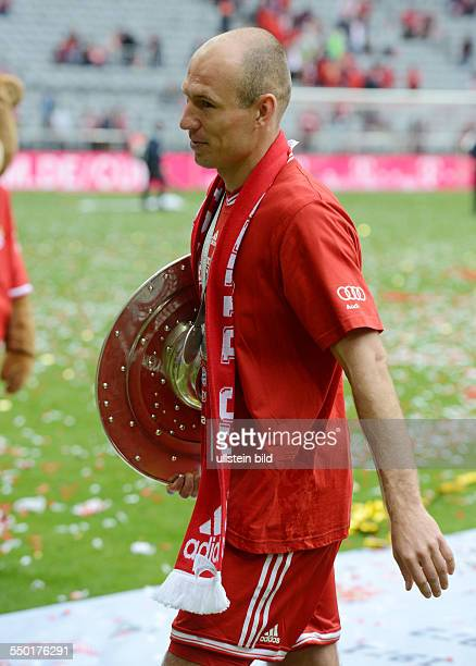 Fussball Saison 20122013 1 Bundesliga 33 Spieltag FC Bayern München FC Augsburg 30 Arjen Robben mit der Meisterschale