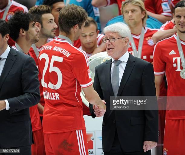 Fussball Saison 20122013 1 Bundesliga 33 Spieltag FC Bayern München FC Augsburg 30 DFL Ligapräsident Dr Reinhard Rauball re gratuliert Thomas Müller