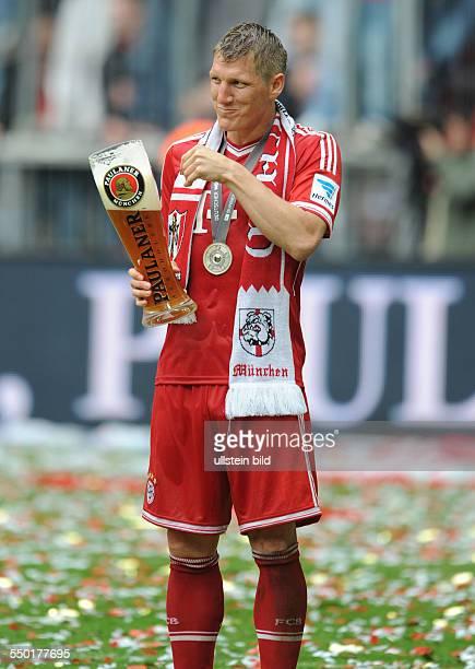 Fussball Saison 20122013 1 Bundesliga 33 Spieltag FC Bayern München FC Augsburg 30 Bastian Schweinsteiger mit einem Paulaner Weissbier